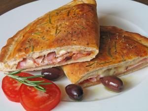 Calzone relleno de carne, jamón, berenjena, zanahoria y queso