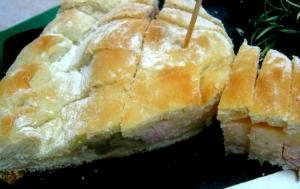 Focaccia rellena con salchichón y mozzarella