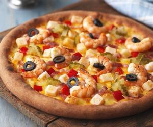 Pizza completa con mariscos, champiñones, atún, jamón, aceitunas y mozzarella