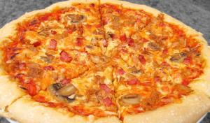 Pizza de atún, jamón cocido y champiñones