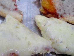 Pizza diferente con rodajas de pan y cubierta deliciosa