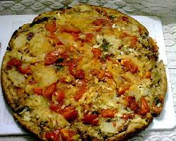 Pizza con masa integral, cubierta con puré de berenjenas, salsa adobada y un toque de papas