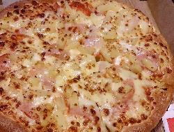 Pizza cubierta con crema de zapallitos, chorizos y mozzarella