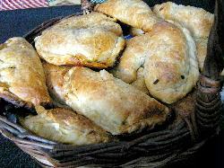 Empanadas de jamón, panceta, durazno y pasas de uva