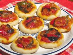 Pizzetas para cumpleaños infantiles con salsa al jamón
