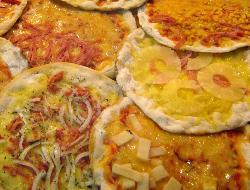 Pizza agridulce con manzanas y ciruelas pasas