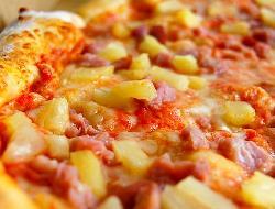 Pizza agridulce super, con jamón, queso y ananá (piña)