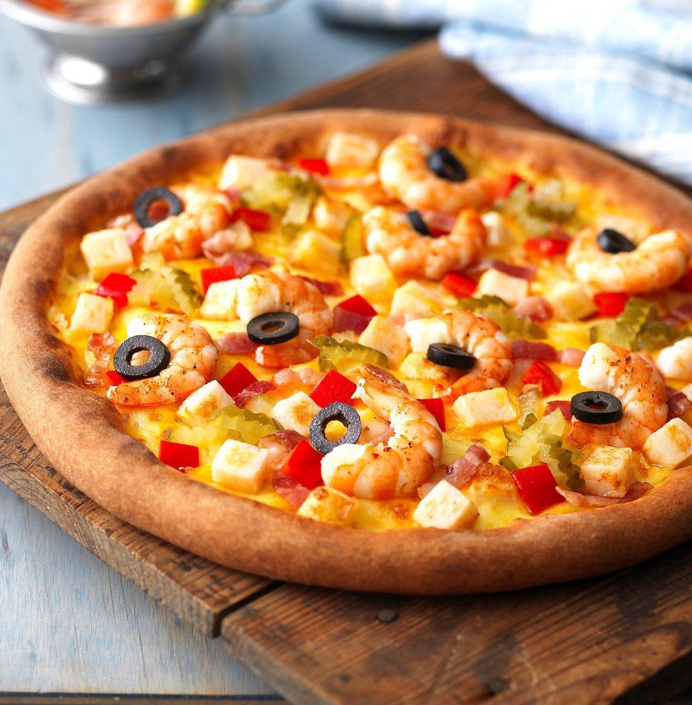 pizza con salsa de tomate y langostinos