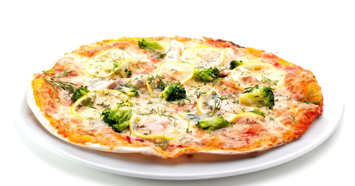 Pizza con salsa de tomate y brócoli