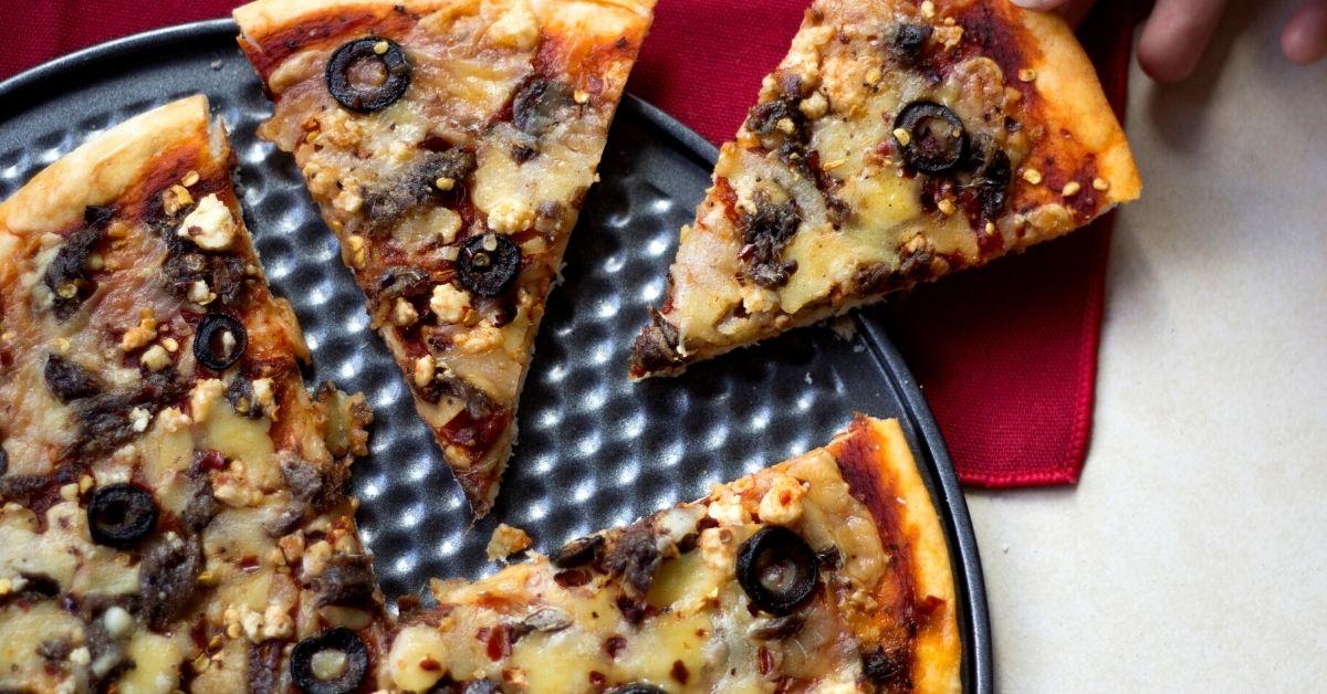 Pizza de paltas, nueces y queso roquefort