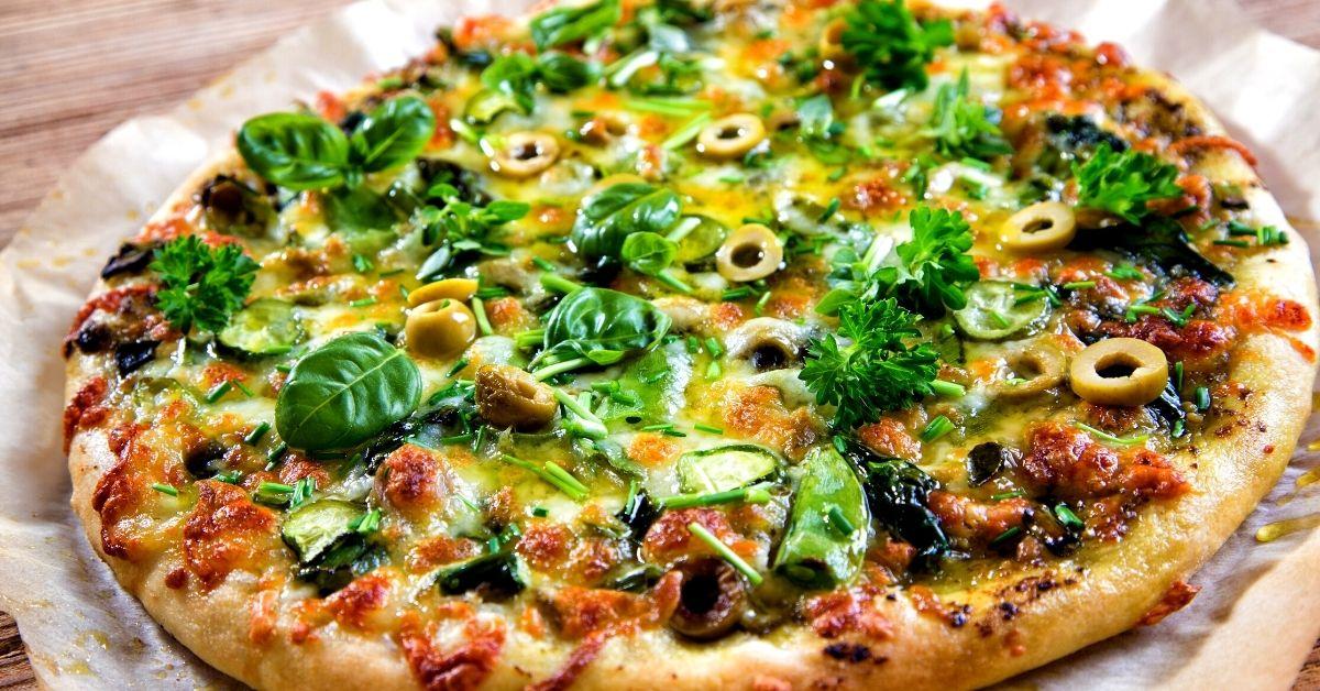 Pizza vegetariana con muchos vegetales
