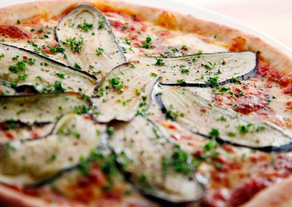 Pizza casera de zapallitos y berenjenas asadas