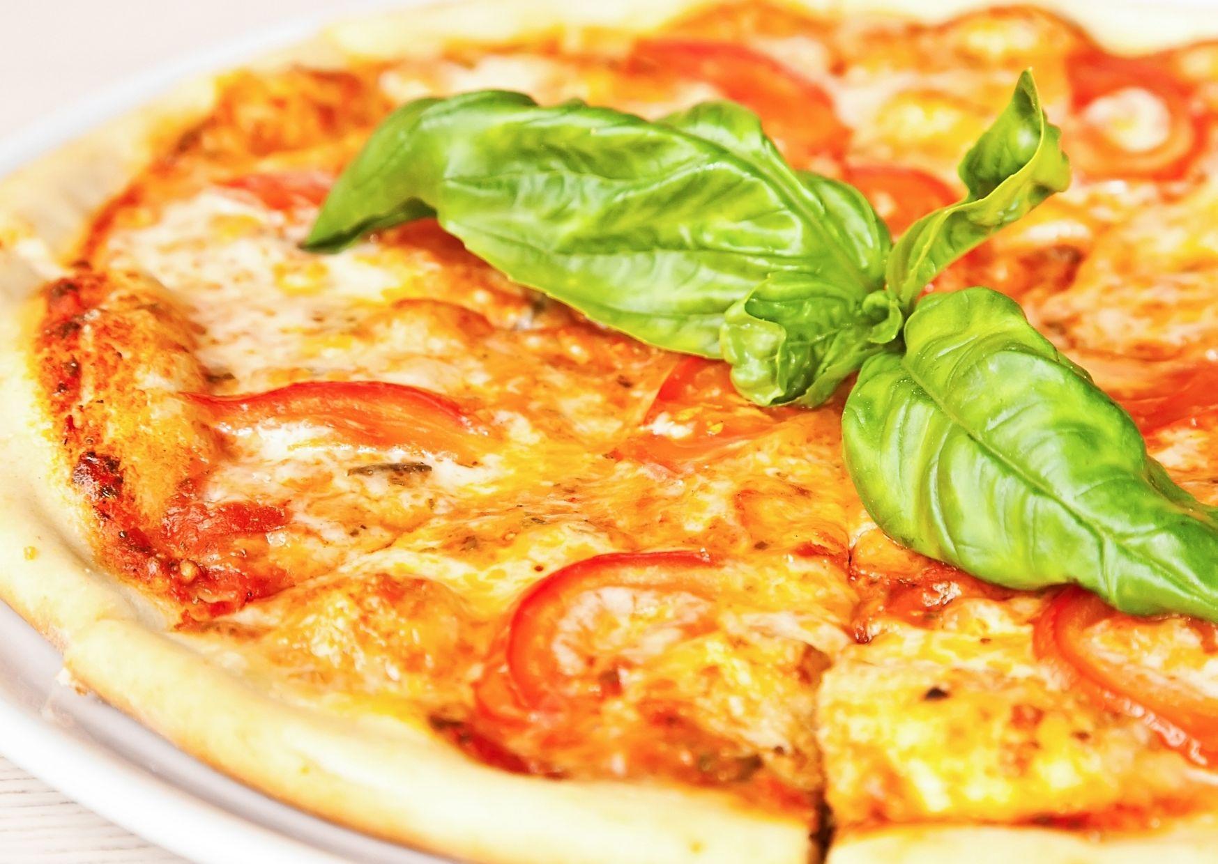 Pizza vegetariana con masa de granos de maíz