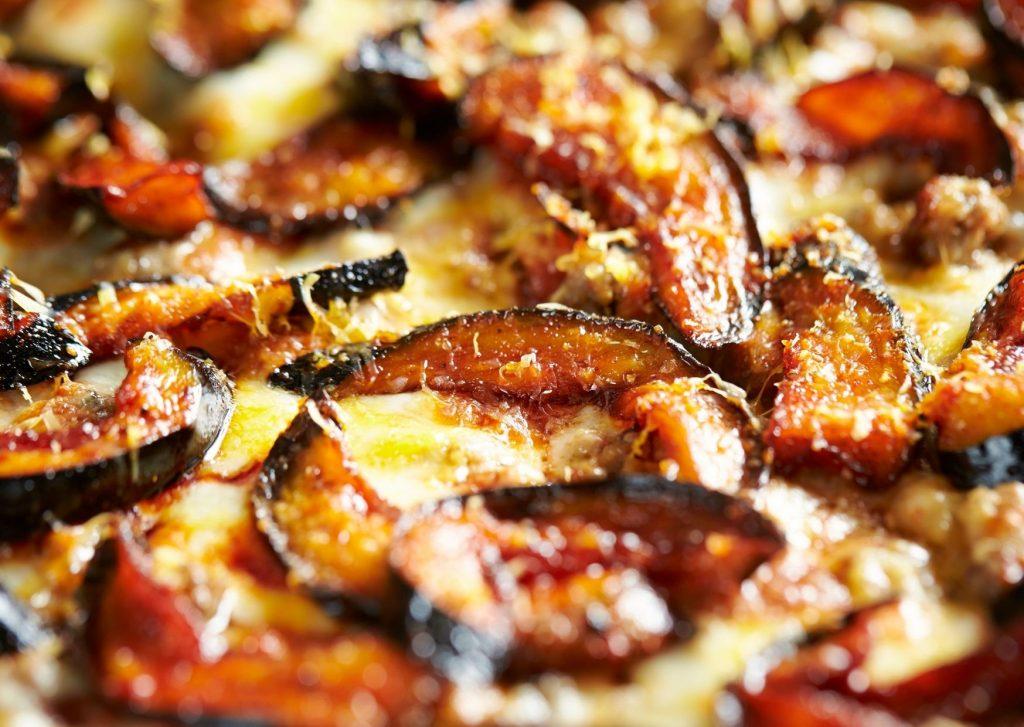 Pizza con cubierta de berenjenas a la napolitana