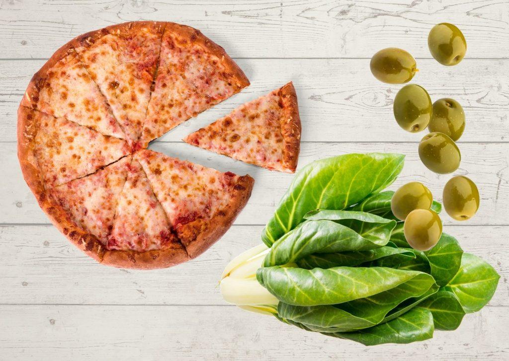 Pizza con harina integral y cubierta de acelga, sésamo y aceitunas