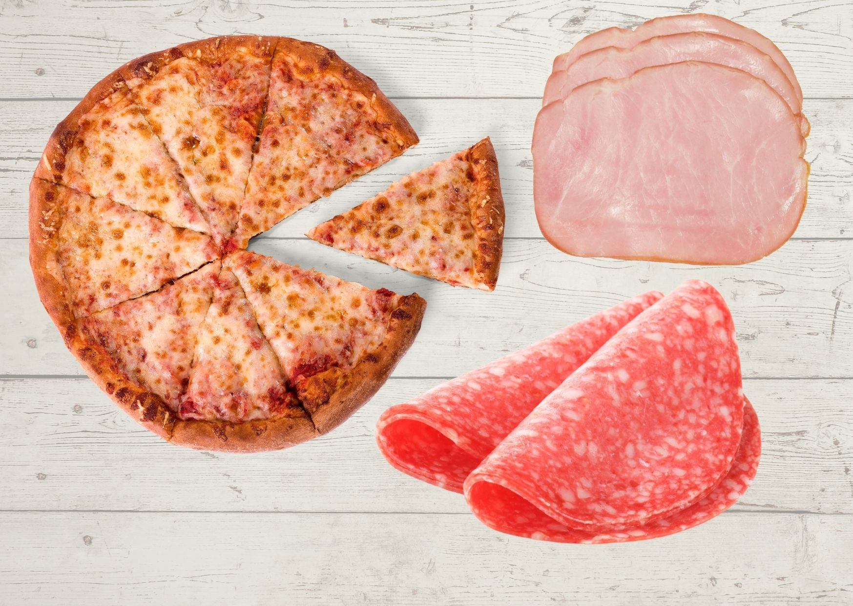 Pizza con mucho jamón y salame además de queso y tomates