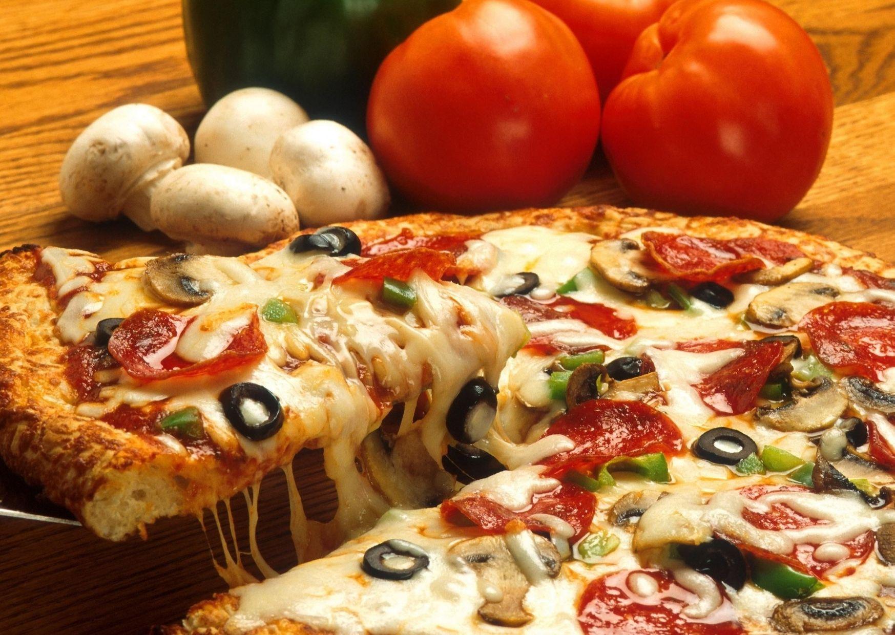 Pizza sin levadura con salsa, queso, aceitunas y anchoas