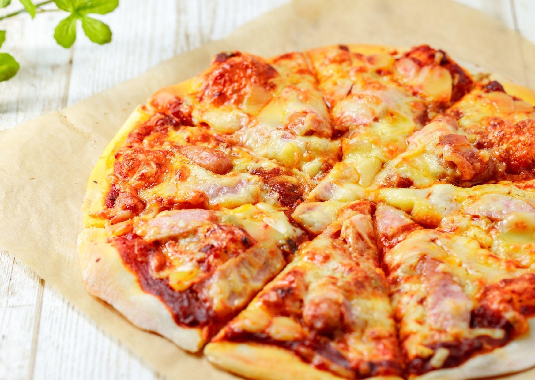Pizza cubierta con lo que tenemos en la heladera