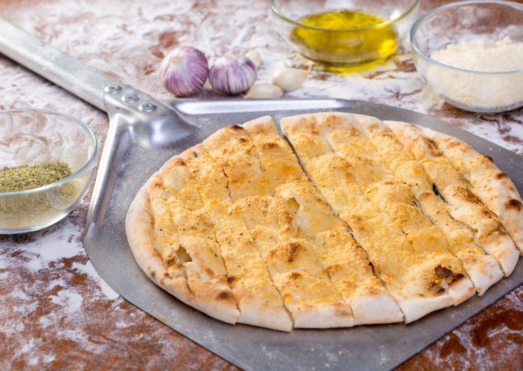 Pizza de ajos y queso parmesano rallado
