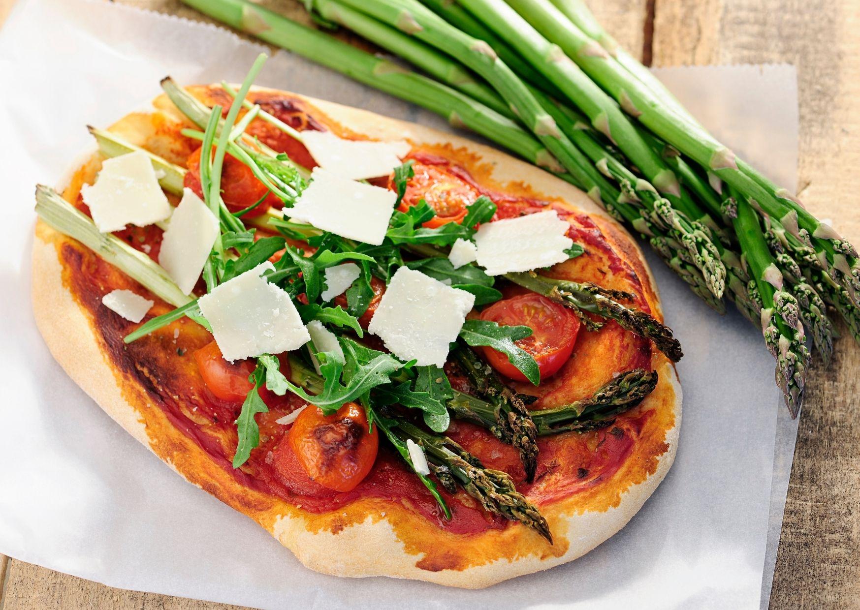 Pizza con espárragos y láminas de parmesano