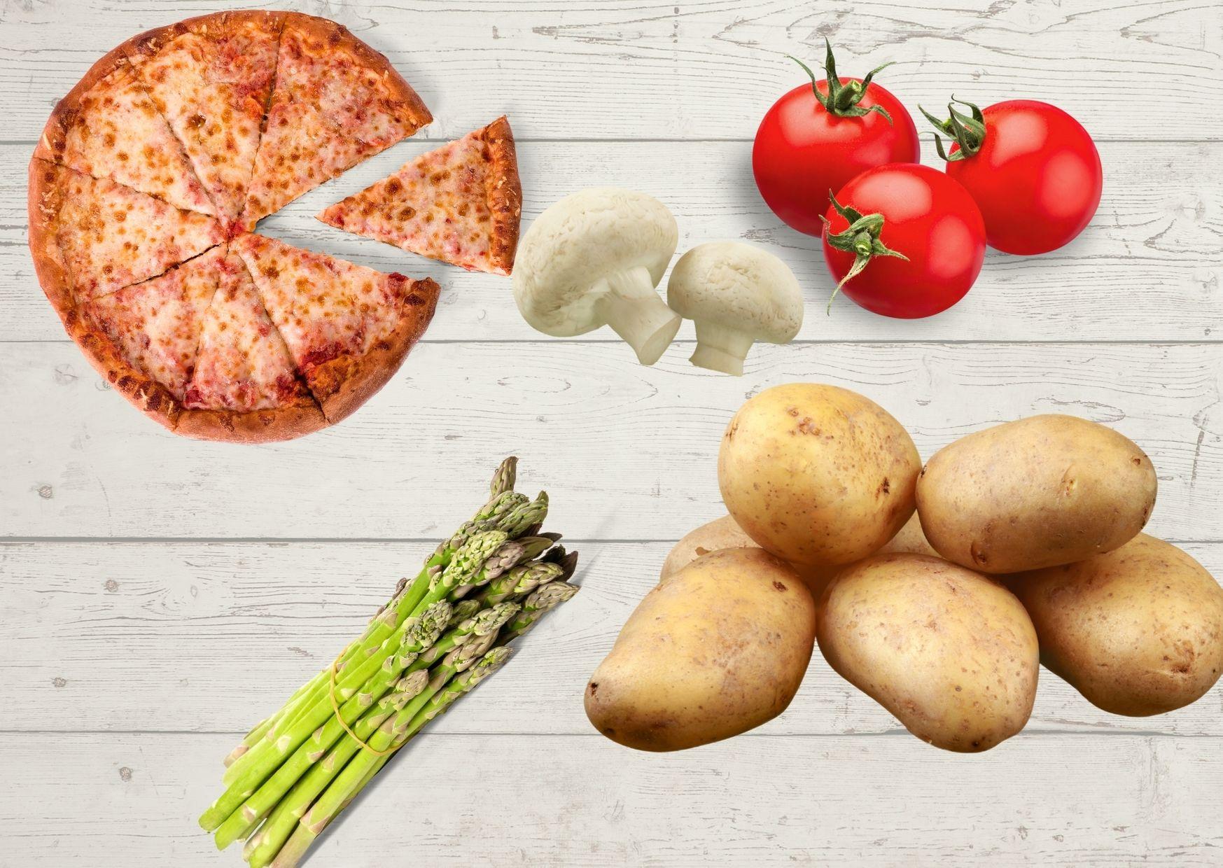 Pizza con masa de papas, cubierta de tomates, espárragos y champiñones