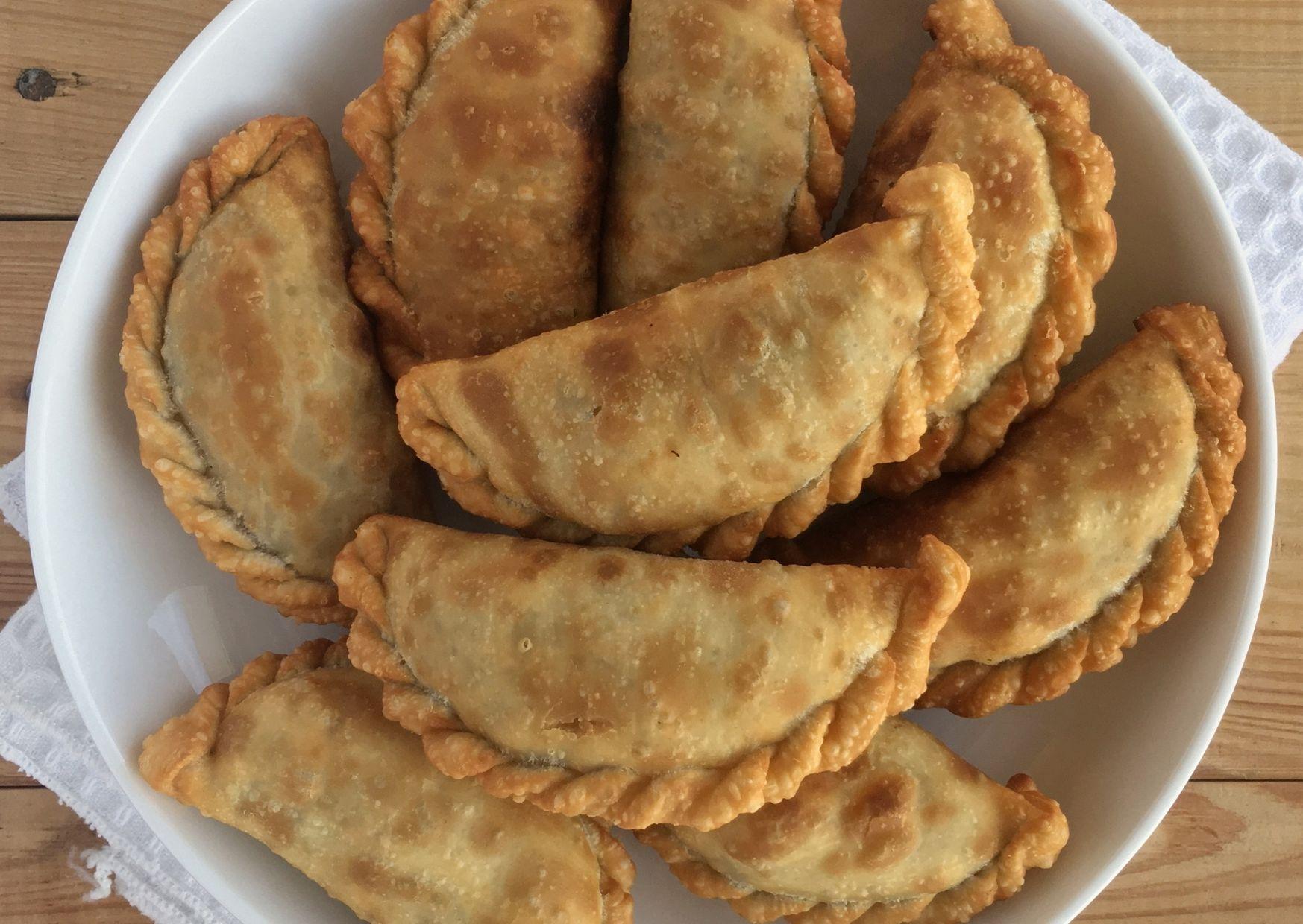 Empanadas fritas de choclo (maíz) con pasas de uva