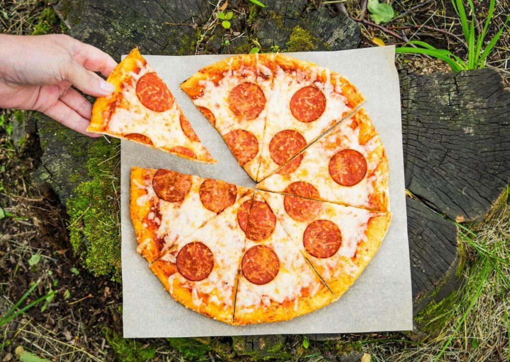 Pizza con salsa rápida, más queso, más anchoas, más aceitunas
