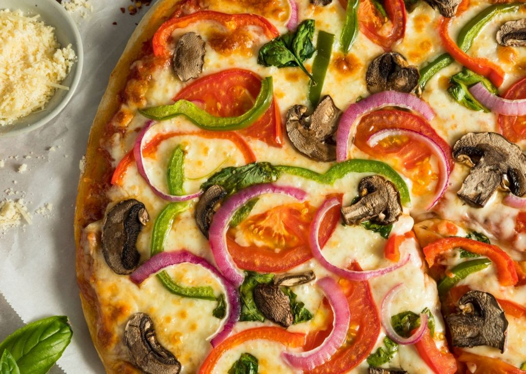 Pizza rellena de verdura y salsa de tomate y queso