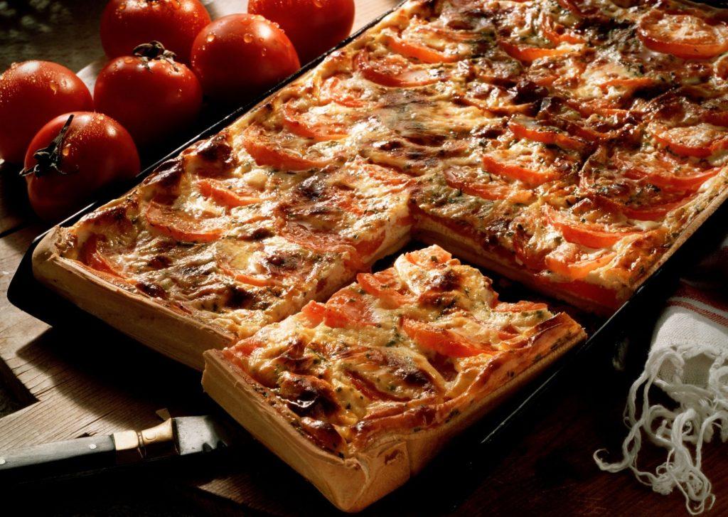 Tarta rellena de panceta, mozzarella y tomates adobados