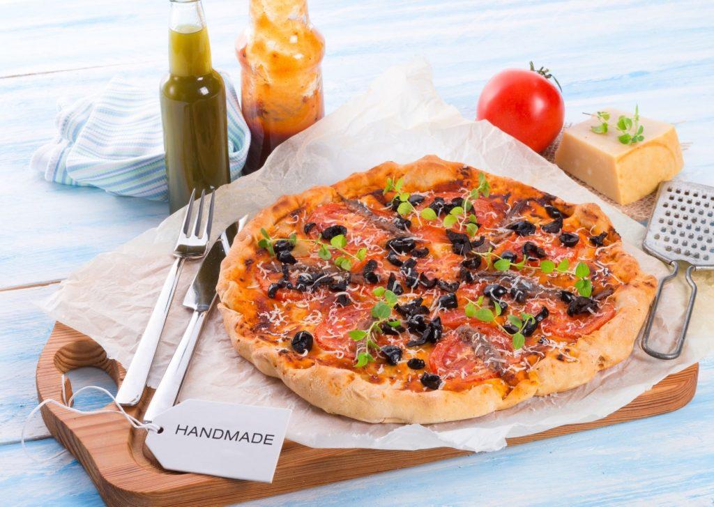 Pizza rápida con anchoas y aceitunas