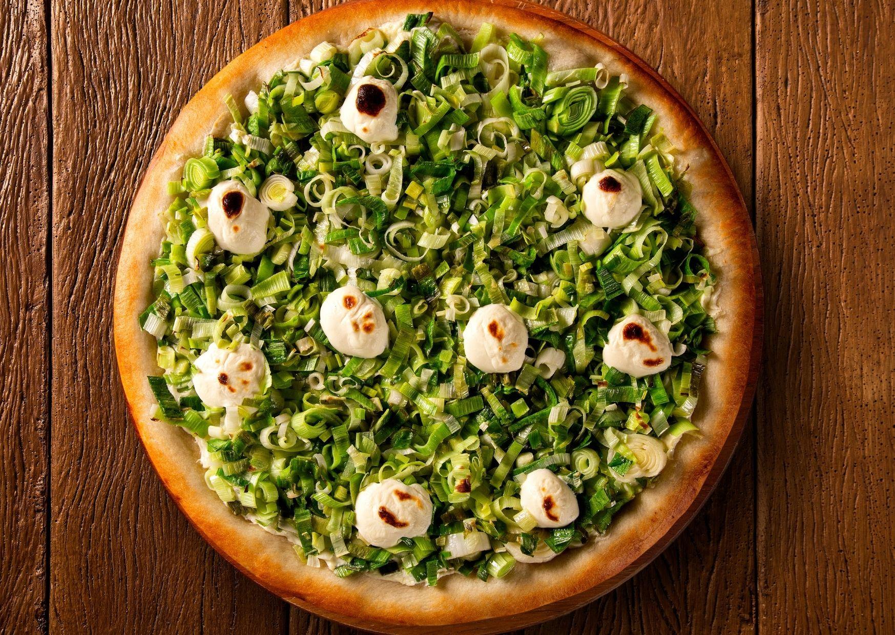 Pizza con masa sabor cebolla y cubierta de puerros
