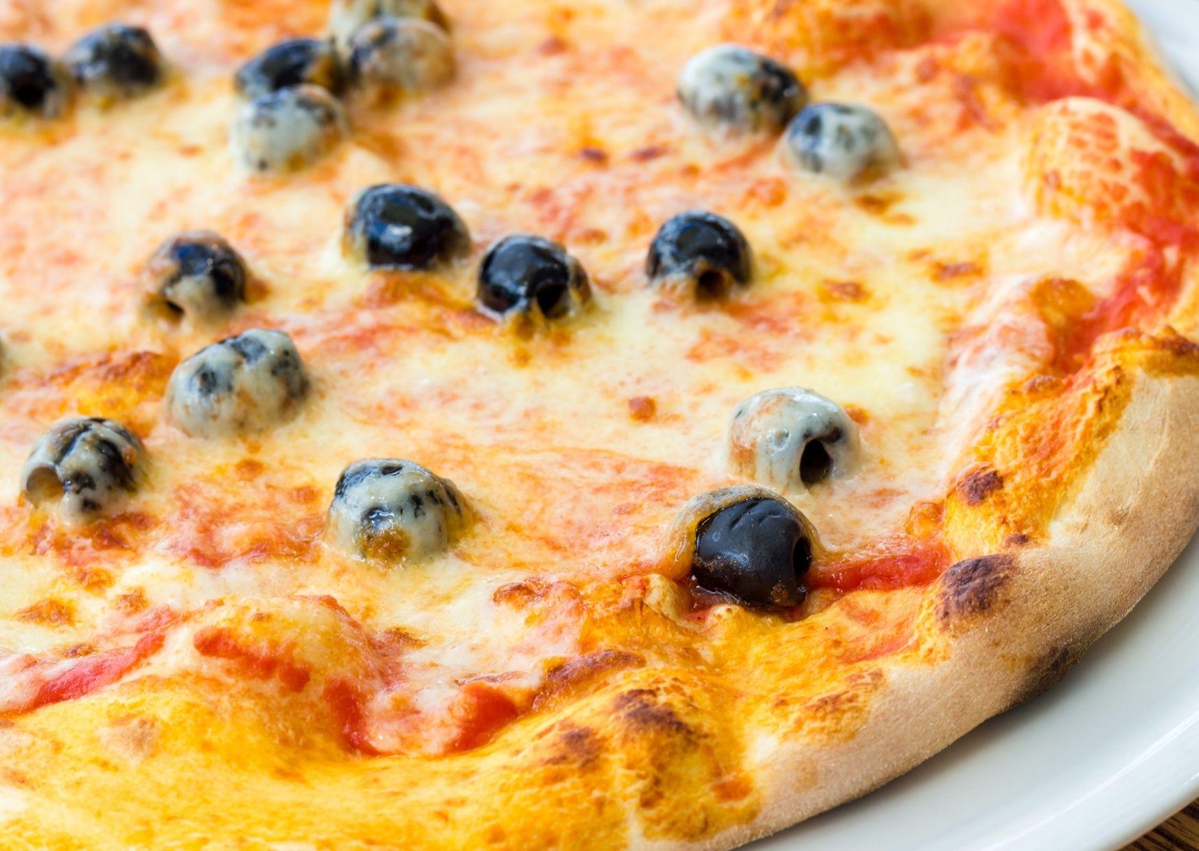 Pizza con mucha mozzarella y aceitunas
