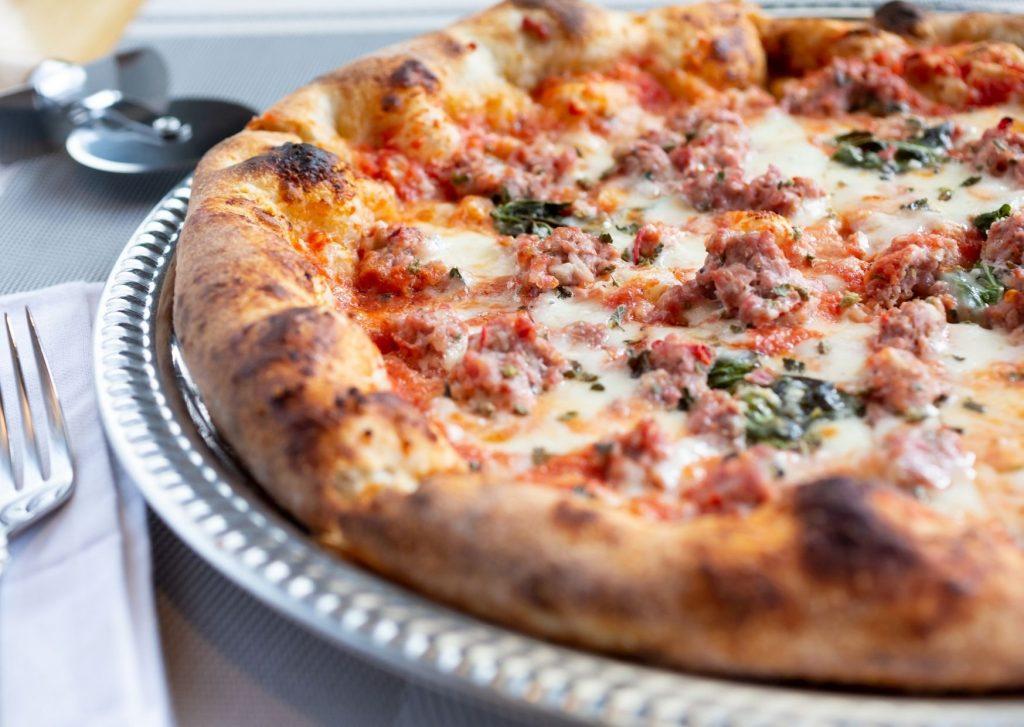 Pizza especial con salsa, carne picada y tres quesos