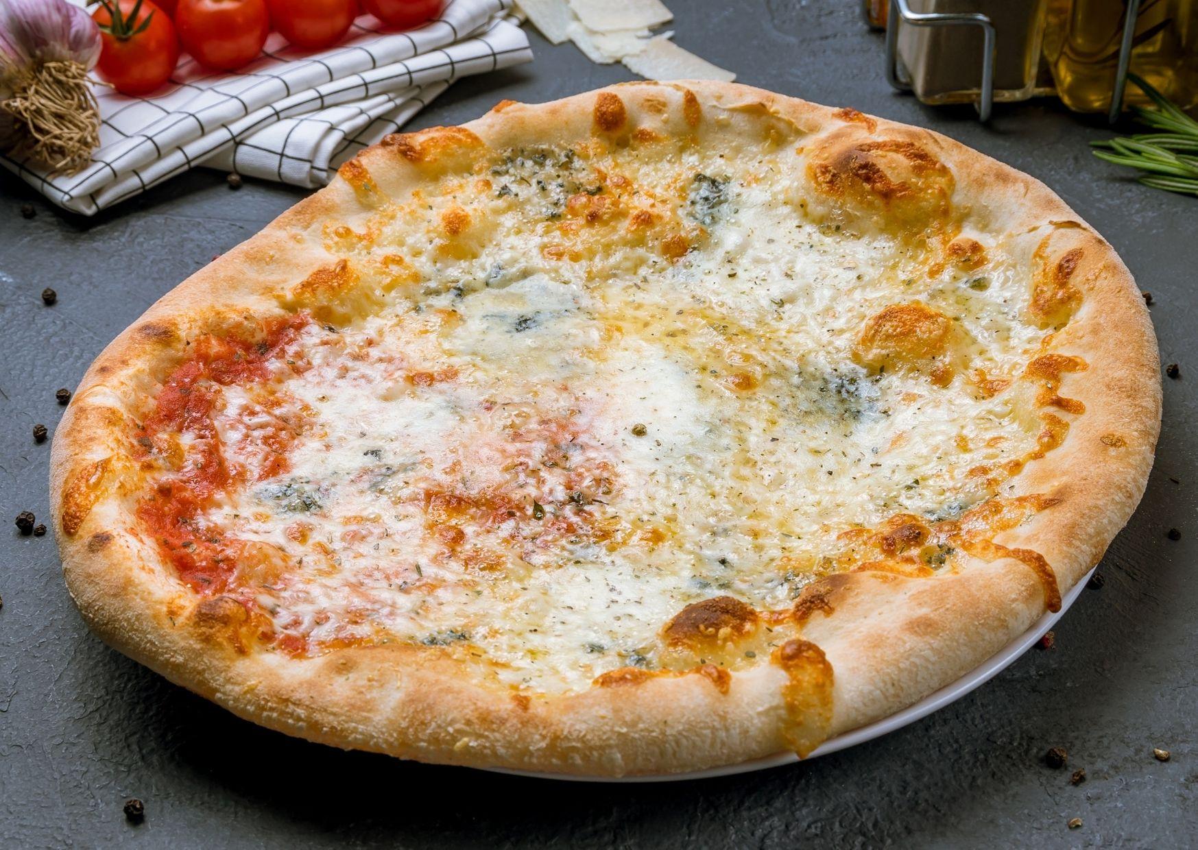Pizza a los cuatro quesos con masa saborizada con ajo