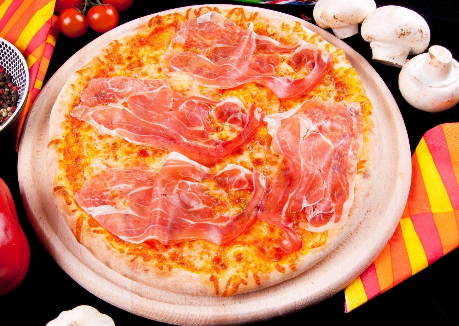 Pizza crocante de jamón crudo y queso provolone