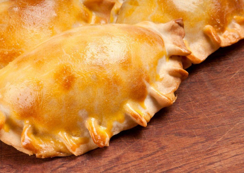 Empanadas de quesos diferentes, maíz, aceitunas