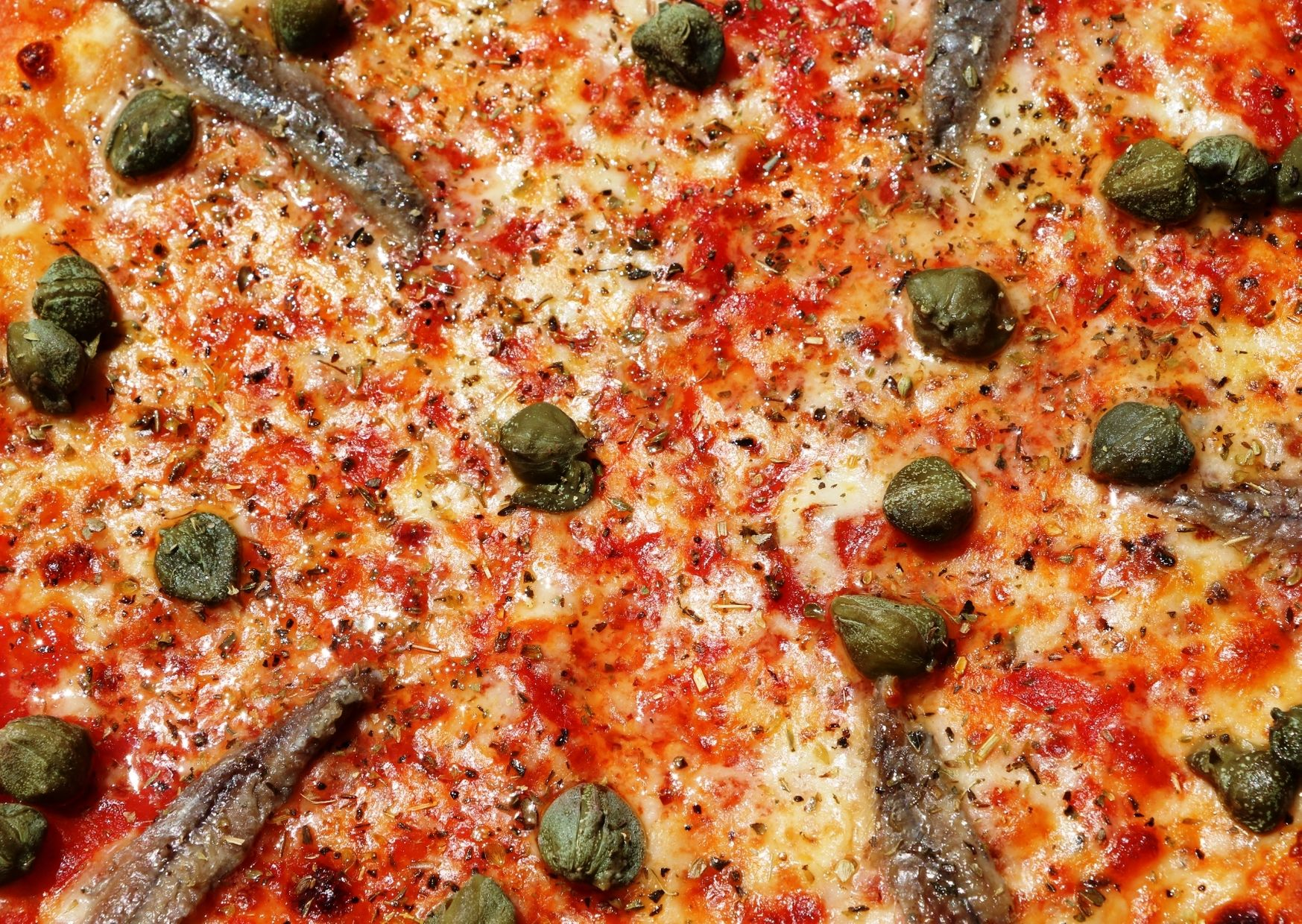 Pizza con queso Chubut, anchoas y alcaparras