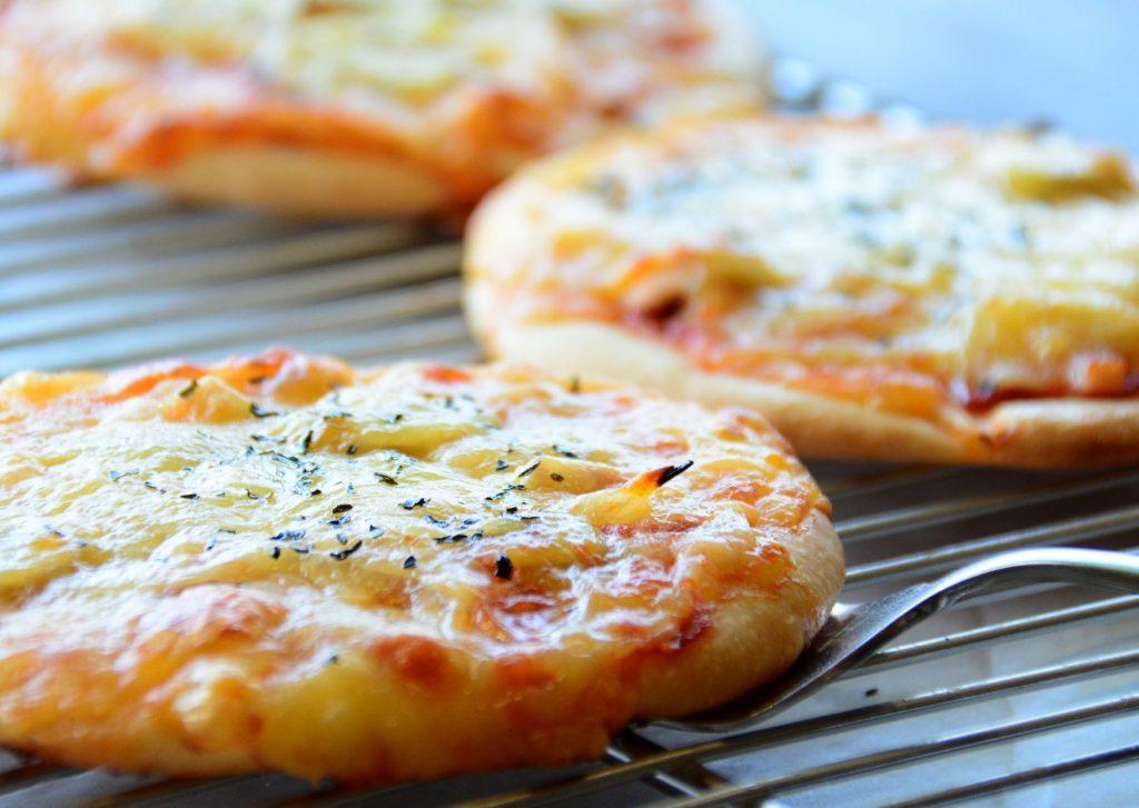 Pizzetas con rodajas de pan y cubiertas diferentes